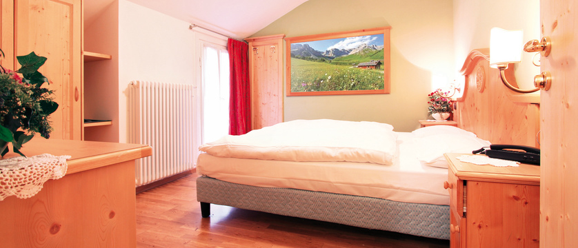 italy_dolomites_canazei_hotel_bellevue_bedroom.jpg (1)